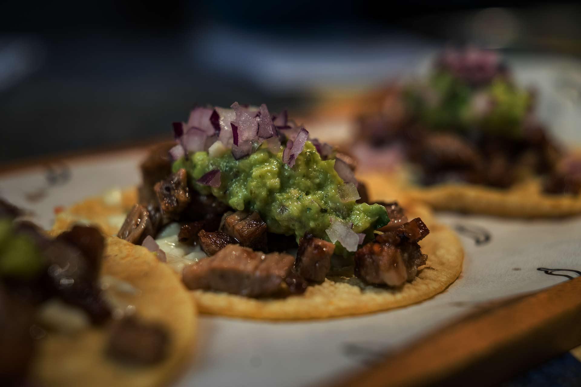 ¡Margarita nos tiene loquitos! 😍 ¿Aún no la conoces? ✨ Preparamos este riquísimo y refrescante cóctel al momento para que disfrutes de su sabor, ¡y del arte de nuestro bartender! 🍸 Te esperamos detrás de la barra 😏. . . . #maweytacobar #mexicanfood#comidamexicana #restaurantemexicano #restaurantesmadrid #taquería #tacosdeautor #cocktail #margarita